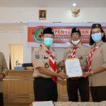 Kwarnas Serahkan Bantuan Seragam Pramuka dan APD